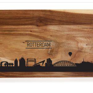 houten borrelplank met de Skyline van Rotterdam