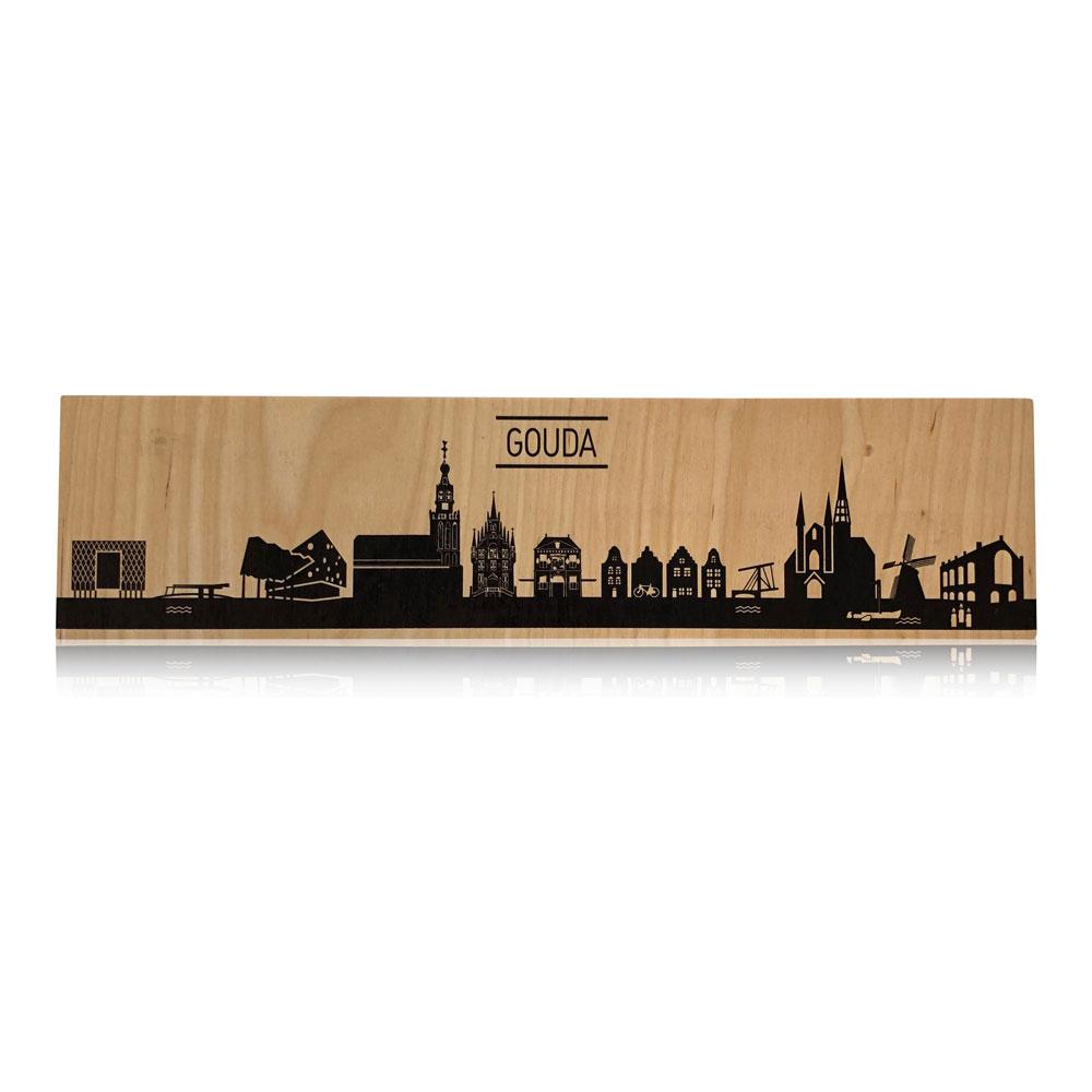 De skyline vanGouda op berkenhout, typische kenmerken van deze mooie stad